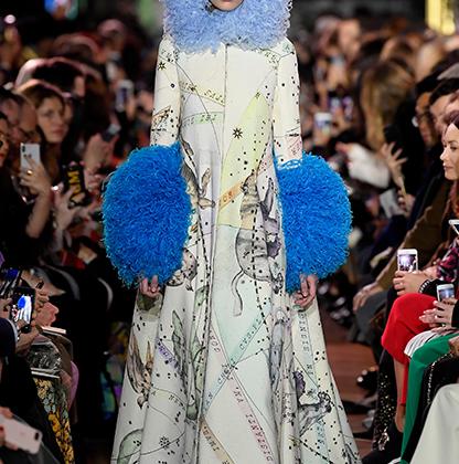 Недавно возрожденный модный дом Schiaparelli следует излюбленным курсом своей основательницы, легендарного дизайнера 1920-1940-х годов Эльзы Скьяпарелли: поражать и шокировать. Один из центральных образов показа напомнил всем постсоветским зрителям Мальвину из сказки про Буратино.