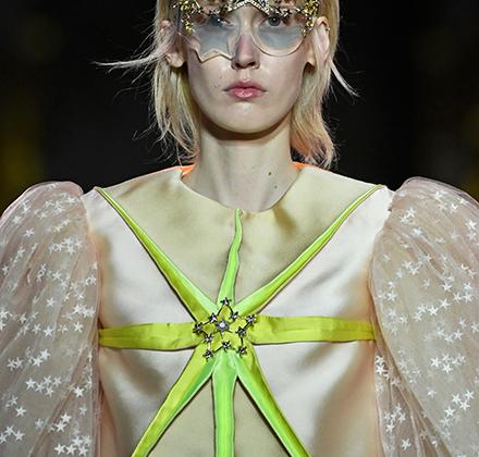 Креативный директор дома Schiaparelli Бертран Гийон, похоже, искренне считает, что все девушки на его показе — как звезды. Даже если в итоге наряд смахивает на маскарадный костюм Звездочки в младшей школе.