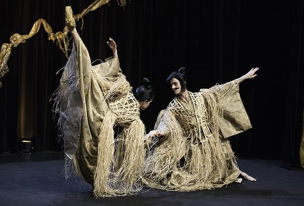Некоторые показы Недели напоминали эпическое театральное представление — так, шоу Франка Сорбье превратилось в причудливый синтез классического балета и японского театра кабуки.