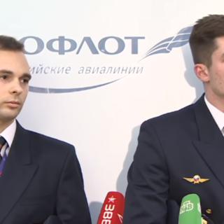Экипаж рейса Сургут — Москва отвечает на вопросы журналистов