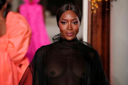 48-летняя Наоми Кэмпбелл показала наподиуме обнаженную грудь