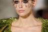 Любимая модель Карла Лагефельда последних лет — дочь супермодели 1990-х Синди Кроуфорд Кайя Гербер — прошла по подиуму и у Valentino. С подачи Пьерпаоло Пиччоли стилисты создали манекенщицам совершенно фантасмагорический макияж с перышками.