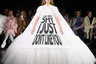 """Дизайнеры Виктор Хорстинг и Рольф Снорен, некогда <a href=""""https://lenta.ru/articles/2018/05/23/princess_xxcentury/"""" target=""""_blank"""">сшившие</a> свадебное платье для невесты принца Нидерландов Йохана Фризо, даже в этом жанре работают с присущей им смелостью: наряд невесты на последнем на настоящий момент кутюрном показе они расписали дерзкими лозунгами."""