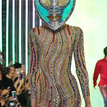Ливанский дизайнер Рами Кади тоже начинал со свадебных и вечерних платьев, но явно прогрессирует: на дефиле в отеле Four Season он устроил нечто инопланетное. Или первобытное — кому как больше нравится.