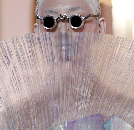 С подачи креативного директора дома Balmain Оливье Рустена его шоу напоминало взрывную стилистическую смесь роккоко и стимпанка.