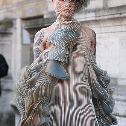 Модель-транссексуал Miss Fame (Куртис Дам-Миккелсен) устраивает сольное модное шоу из каждого своего выхода на публику.