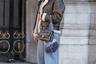 На первый взгляд причастность fashion-блогерши Сильвии Хагджу (Sylvia Haghjoo) к миру моды на Неделе haute couture выдают только ее сумка Chanel и трендовая авоська. Впрочем, говорят, что в моду вернулись и овчинный бомбер, и штаны-бананы — все как в российской провинции 1990-х.