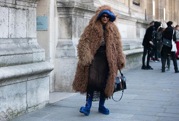 Для разнообразия после олимпийки adidas Мишель Эли надела светло-коричневую шубу из монгольской козы марки Marni и ярко-синие шляпу и сапоги.