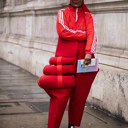 Мишель Эли, в прошлом модель, а ныне стилистка, модный редактор и ювелирный дизайнер, пришла на показ Жана-Поля Готье, одевшись демонстративно демократично: в олимпийке adidas и кроссовках Nike.
