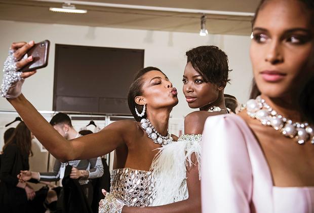 Еще один ливанский модельер — Жорж Хобейка — остался верен своему изначальному пристрастию к любимому жанру ближневосточных дизайнеров — свадебно-вечернему. На его показе не было ничего экстравагантного: только красивые женщины в роскошных платьях.