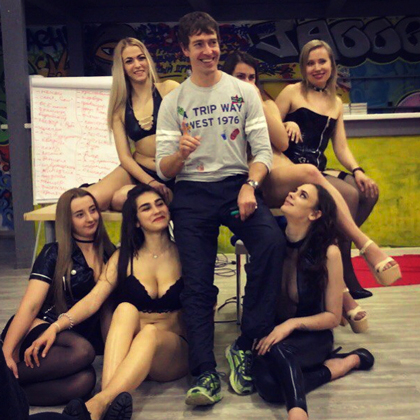Александр Кириллов (Алекс Лесли — в центре)