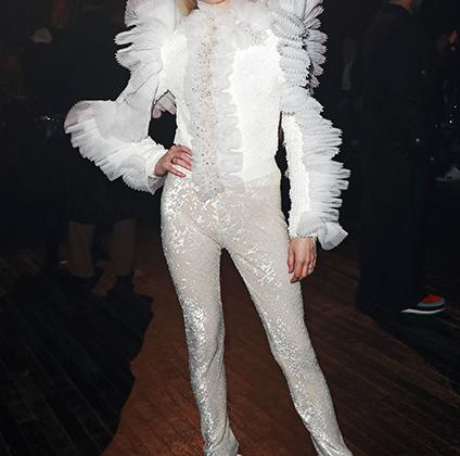 Американская певица, автор песен и звезда YouTube Poppy пришла поддержать Виктора и Рольфа в брюках с пайетками и в блузе с жабо и плиссированными рюшами.