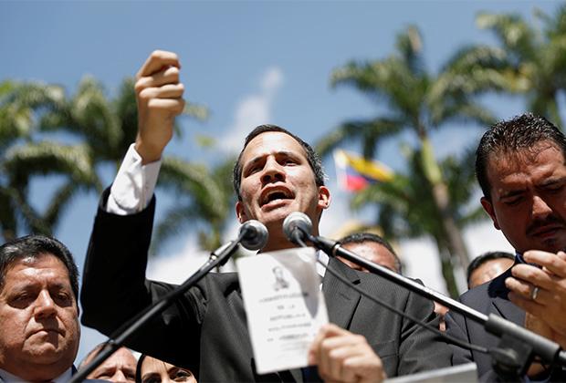 Хуан Гуайдо выступает перед протестующими