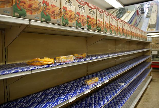 Дефицит продуктов заставляет венесуэльцев питаться мусором и бежать из страны