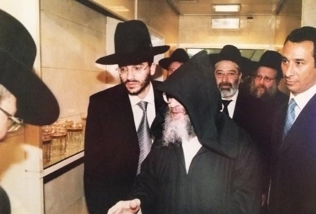 Самым богатым раввином Израиля и одним из самых богатых людей страны Пинхас Абухацира (в шляпе слева) стал после убийства разочарованным прихожанином его отца Элиэзера Абухацира (в капюшоне справа от сына).