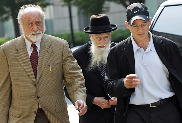 Судебные разбирательства по делу длились несколько лет. На фото: лидер сирийских евреев Нью-Джерси ребе Саул Кассин прибывает на суд. Помимо него обвинения были выдвинуты против пяти раввинов.