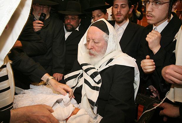 Яаков Арье Альтер известен также под именем ребе из Гур. С 1996 года является лидером гурской хасидской династии, один из богатейших раввинов Израиля и всего мира.