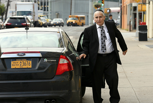 Раввин из Бруклина Моше Аусфрессер просит называть его на американский лад Моррисом. Помимо государственной зарплаты, он пользуется и служебным автомобилем с водителем. Как и подобает общественному деятелю из левого Нью-Йорка, раввин передвигается на гибридной модели.