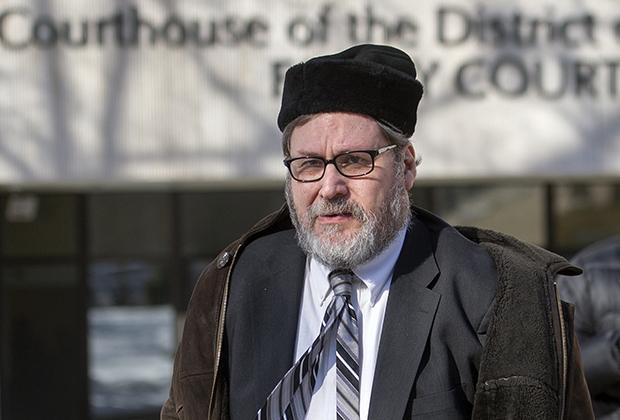 Раввин Барри Френдель был одним из лидеров иудейской общины округа Колумбия, пока не выяснилось, что долгие годы он подглядывал за обнаженными прихожанками. Суд приговорил его к 6,5 года тюрьмы.
