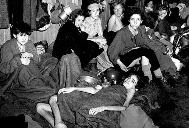 Женщины и дети в бараке Берген-Бельзен после освобождения
