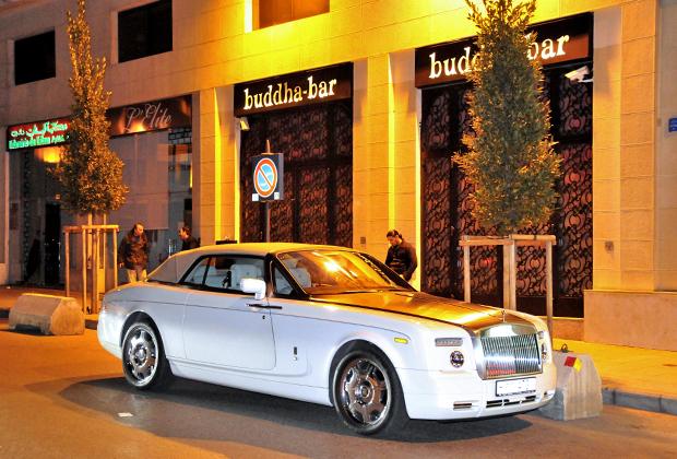 Бейрут куда богаче, чем может показаться из Москвы. Роскошный Rolls-Royce Phantom Drophead Coupe стоимостью от полумиллиона до 750 000 долларов напротив Buddha Bar.