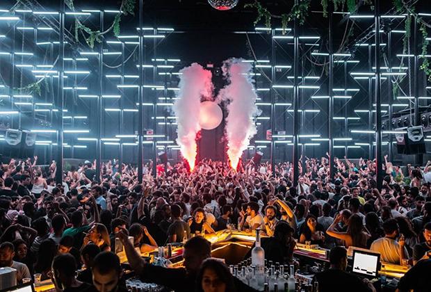 Клуб AHM известен своими самыми крутыми рэйвами во всем Ливане. Традиционно самые крутые вечеринки проходят в субботы.