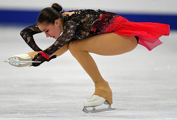 Алина Загитова (Россия) выступает в произвольной программе женского одиночного катания на чемпионате Европы по фигурному катанию в Минске