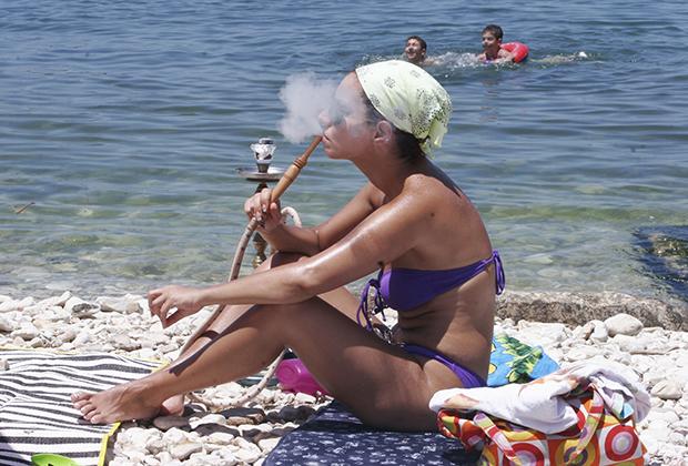 Ливан известен своими пляжами, на которых можно встретить и одетых в купальники девушек, и одетых в буркини. Есть и специальные часы только для женщин.