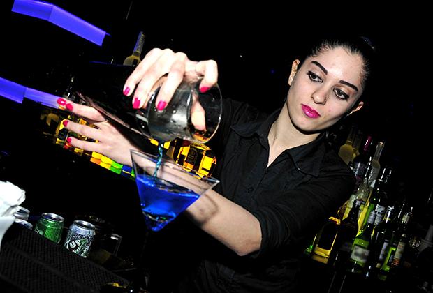 Несмотря на мусульманское большинство, в Бейруте нет никаких проблем с алкоголем. Местные бармены считаются одними из лучших на всем Ближнем Востоке. Один из лучших клубов Бейрута — Noir, где сделана эта фотография.