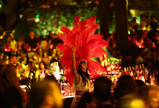 В клубах и барах Бейрута много шоу-программ и танцовщиц в откровенных нарядах, что делает атмосферу в них вполне европейской.