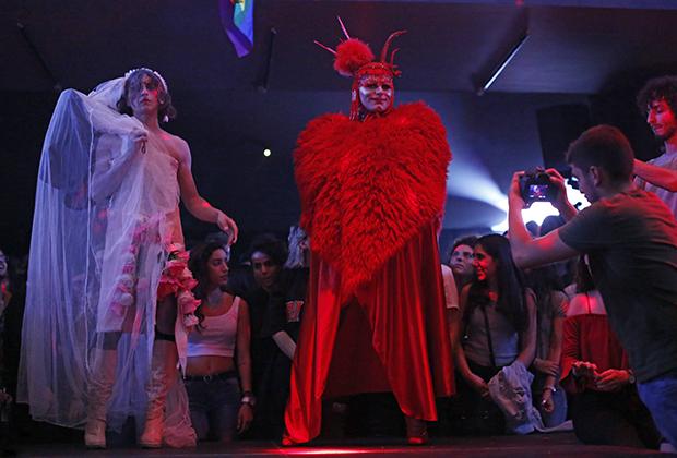 Мужчины, одетые женщинами, во время фестиваля дрэг-квин в рамках ливанской недели «Прайд».