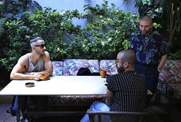 Участники недели «Прайд» в Бейруте пьют кофе в одном из городских кафе.