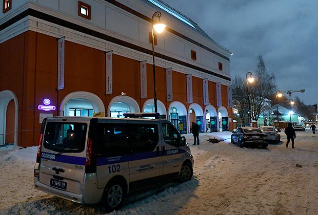 Автомобиль полиции возле Инженерного корпуса Третьяковской галереи