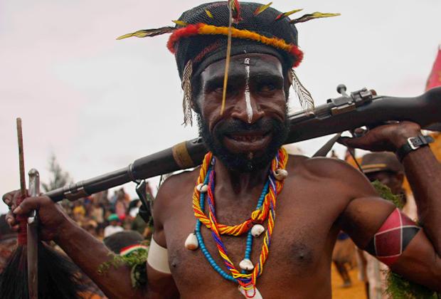 Традиционный папуасский наряд вполне сочетается с винтовкой