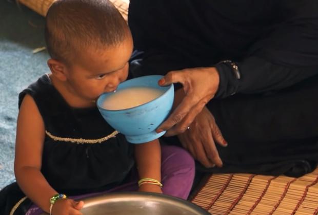 Кормилица поит девочку верблюжьим молоком