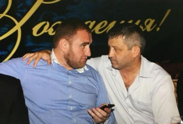 Рауф Арашуков (слева) и первый замглавы управления СКР по КЧР Казбек Булатов