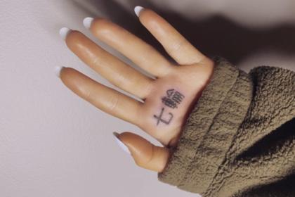 Ариана Гранде сделала неудачную татуировку вчесть сингла 7 Rings