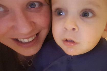 Спящая мать чуть не задушила ребенка волосами