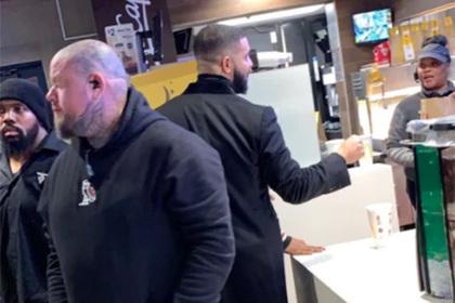 Дрейк оставил 20 тысяч долларов чаевых двум сотрудницам «Макдоналдса»