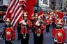 «Образы, которые плавно перетекают друг в друга, как в кино, — это главное в фотографиях американских китайцев», — считает Ань. На этом снимке китайские мальчики облачены в форму барабанщиков китайско-американского детского кружка «Алые короли» и несут американский флаг.