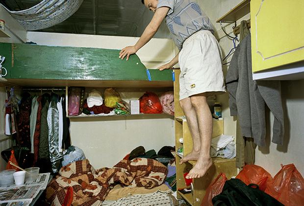 Фотограф Аньне Лин наблюдала за жителями другого дома в Чайна-тауне, расположенного по адресу Бауэри, 81. Весь четвертый этаж здания занимали китайские рабочие. 35 человек ютились в комнатушках площадью шесть квадратных метров.