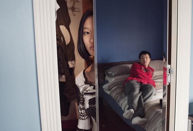 В 2014 году Лэмы после долгих ссор развелись. Их дети, уже подростки, навещали отца, переехавшего в Нью-Джерси. У него дома Синди впервые увидела шкаф — предмет мебели, на который на Ладлоу-стрит просто не хватило бы места. «Она была поражена», — смеется Холтон.