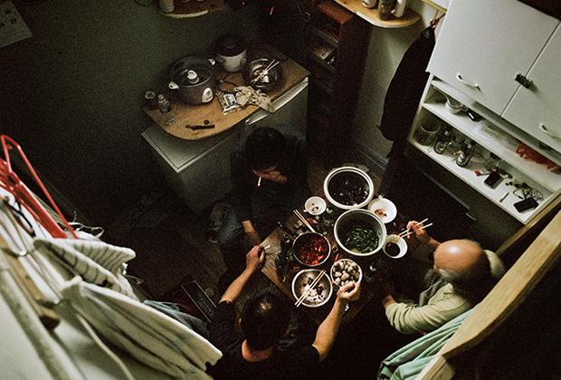 Жильцы дома, расположенного в конце улицы Бауэри, практически все заработанные деньги отправляли на родину семьям.