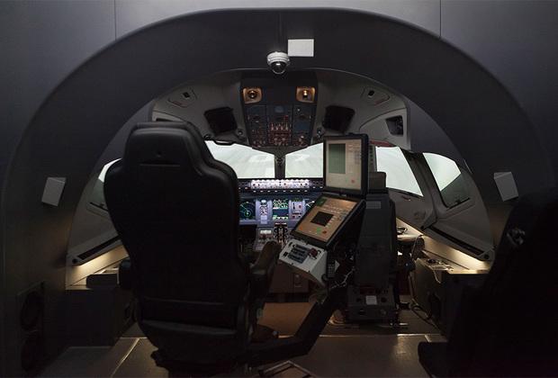 Тренажер оснащен кабиной пилотов, практически полностью имитирующий реальный самолет и панель управления с выводными данными приборов, где курсанты выполняют разные летные задачи и моделируют условия полета от идеальной видимости до тумана и грозы.