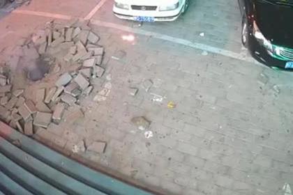 Ребенок неудачно запустил фейерверк и взорвал канализацию
