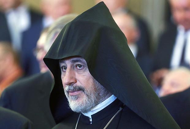 Высокий пост в Армянской апостольской церкви занимает и родной брат Католикоса Мкртич. Он постригся под именем Езрас, а сейчас возглавляет Российскую и Ново-Нахичеванскую епархию.