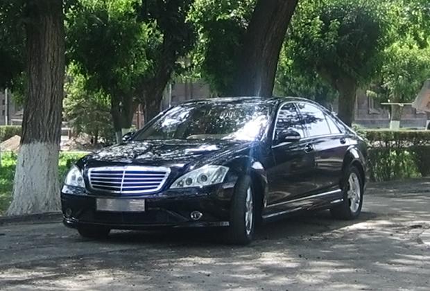 Католикос всех армян передвигается на Mercedes-Benz S600L Guard в кузове W221, бронированный по уровню B6/B7. Такие машины защищены от подрыва на мине и обстрела из автомата Калашникова. Но и цена соответствующая — стоимость нового автомобиля минимум 600 тысяч долларов.