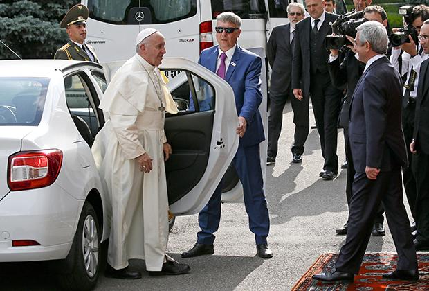 Во время трехдневного визита Папы Римского Франциска в Армению принимающая сторона была готова обеспечить его любым самым роскошным транспортом, но понтифик предпочел Renault Logan. Между прочим, российского производства.