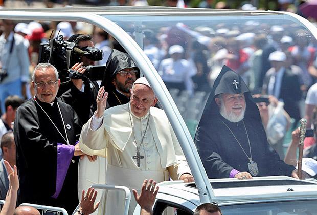 Во время совместной встречи папы и католикоса с жителями города Гюмри предстоятели передвигались на специальном папамобиле, построенном на базе пикапа Izuzu D-Max, а также на гольф-карах. Непривычная для Гарегина II техника.