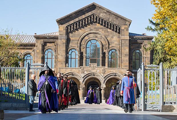 Дворец Католикоса в Эчмиадзине — монастырском комплексе, который часто называют армянским Ватиканом. Он расположен в городе Вагаршапат, руководство которого часто обвиняют в армянских СМИ в сращивании с церковной верхушкой.
